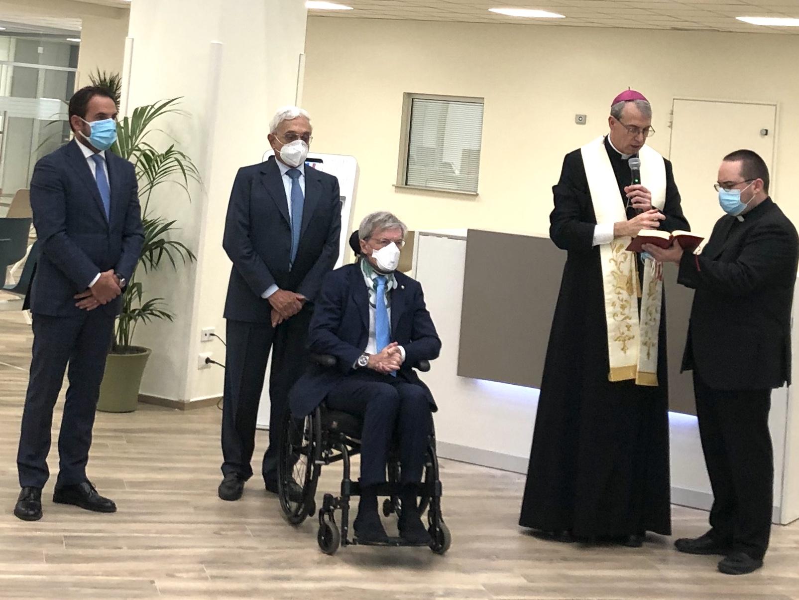 da sinistra, il direttore dell'IRCCS, Giuseppe Laganga, il presidente di ICS Maugeri, Gualtiero Brugger, l'a.d. Mario Melazzini, il vescovo Corrado Sanguineti