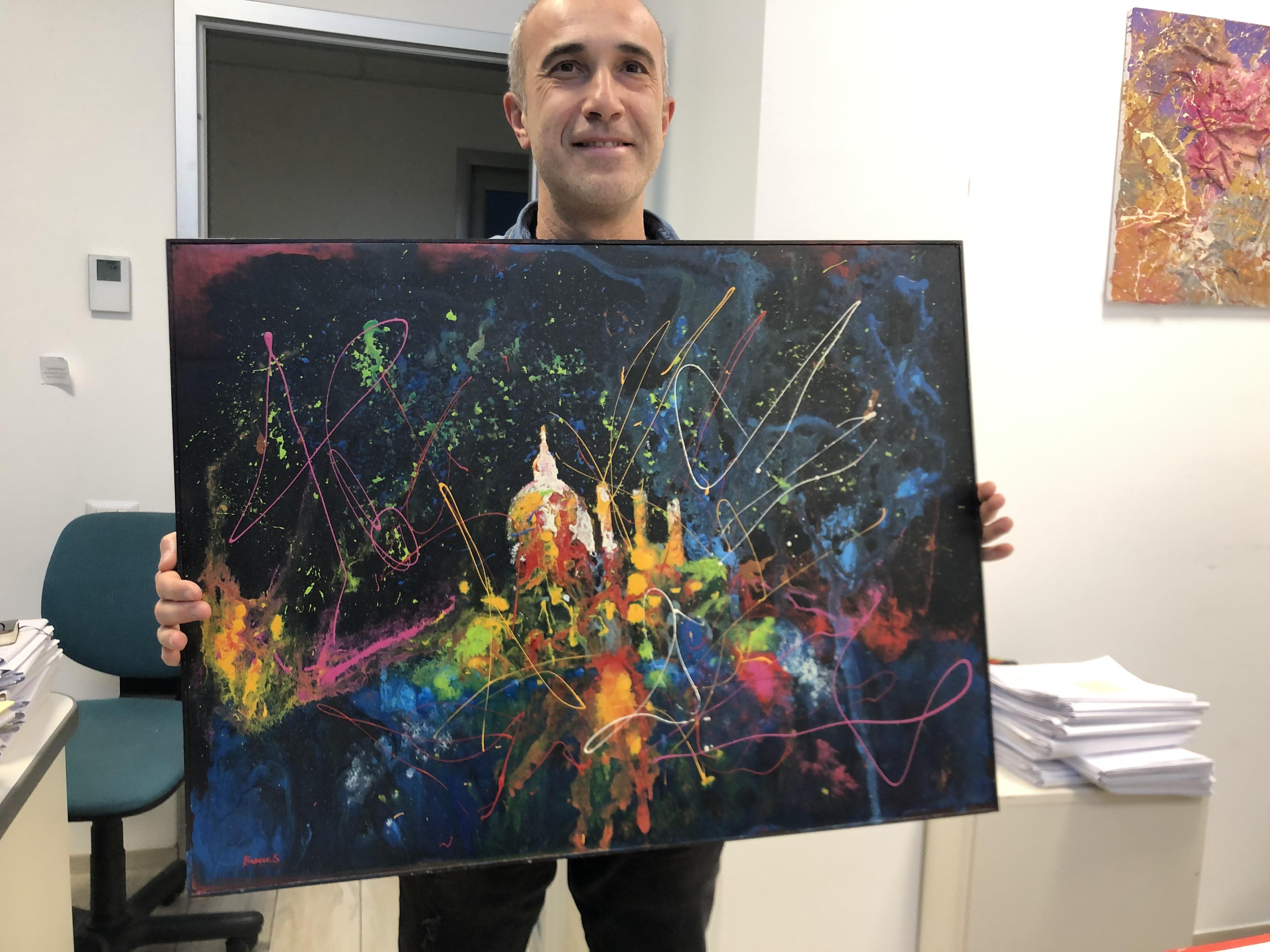 Stefano Brocca mostra una delle sue opere